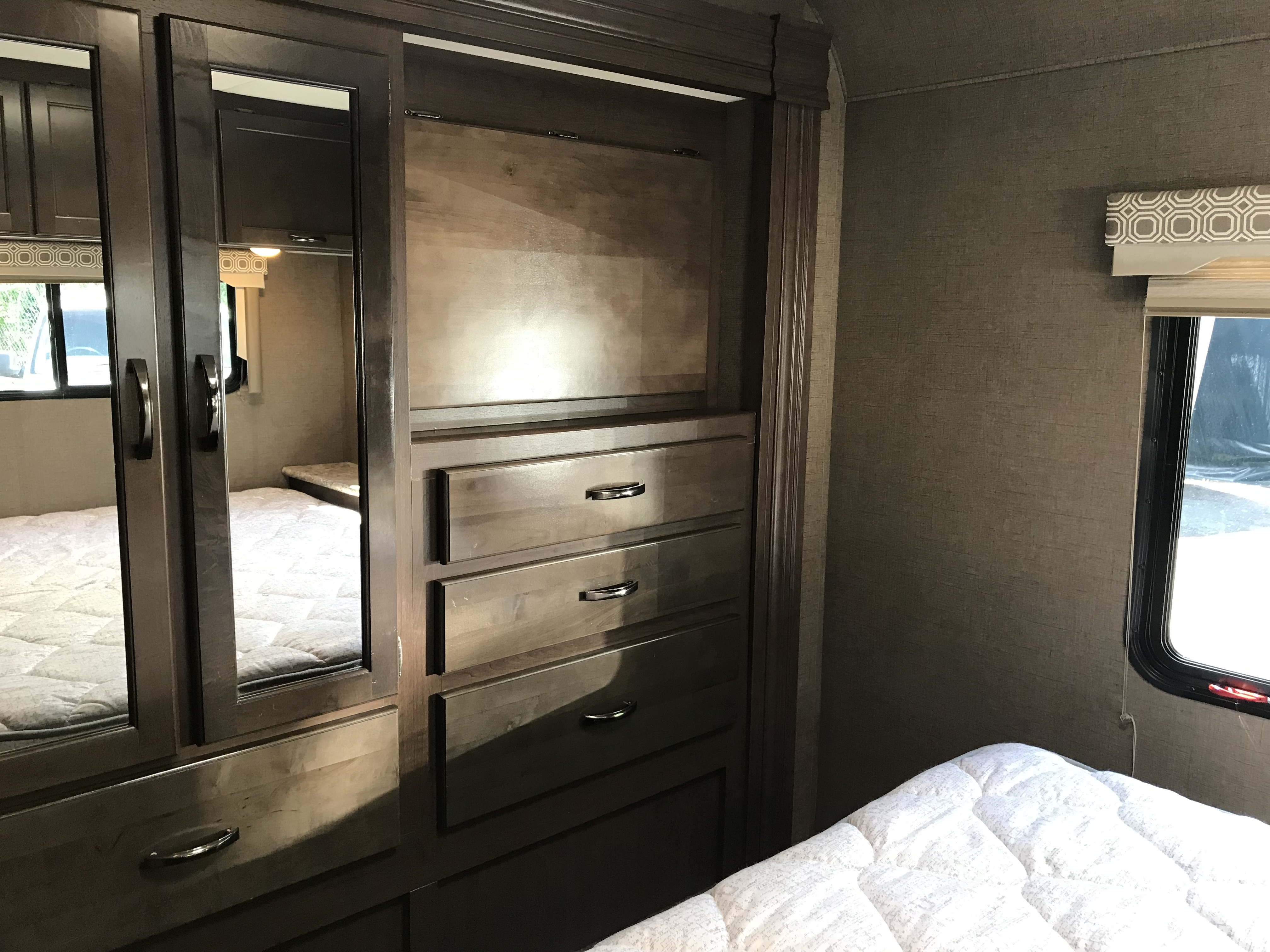2019 Thor Motor Coach Fourwinds 30D interior bedroom