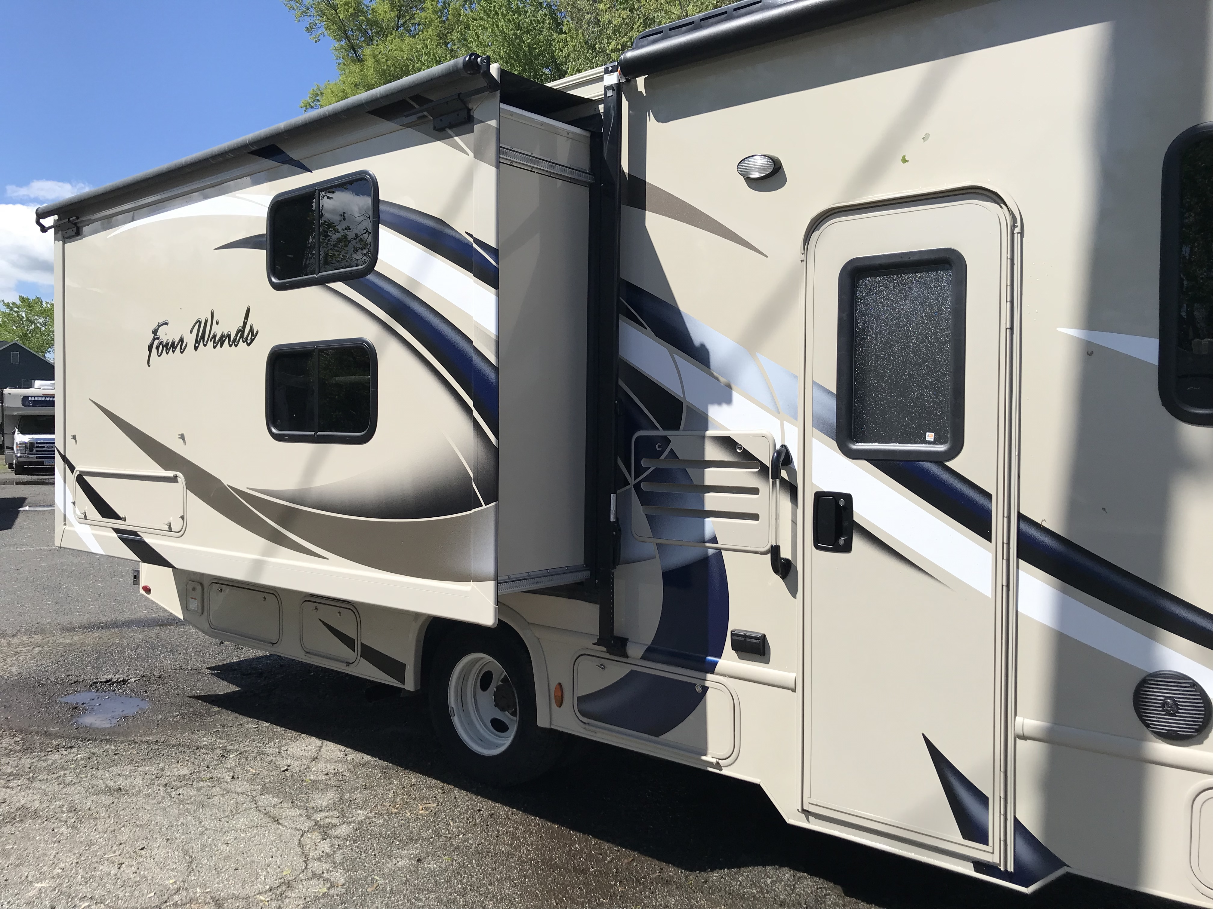 2019 Thor Motor Coach Fourwinds 30D exterior slide-out